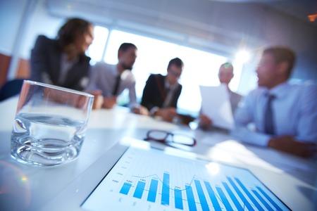 empresas: Primer plano de documento financiero electrónico en el escritorio, los trabajadores de oficina de consultoría
