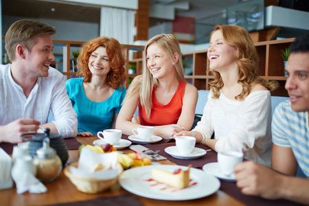 gente comunicandose: Grupo de amigos que beben t� en la cafeter�a