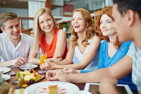 jolie fille: Amis � caf� parler et rire