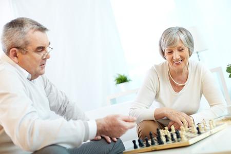 jugando ajedrez: Matrimonios de edad jugando al ajedrez