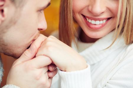 baiser amoureux: Homme embrassant la main des femmes