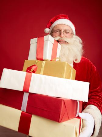 generoso: Generoso Santa con la pila de regalos de Navidad Foto de archivo
