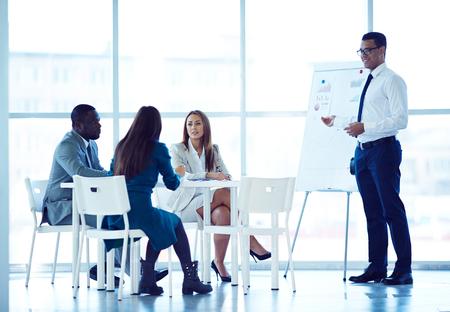 Negocios que explica esquema financiero a sus socios