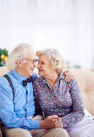 jubilados: Pares elegantes jubilado mirando el uno al otro