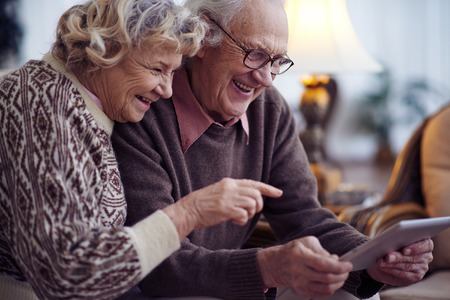 esposas: Ancianos marido y la esposa de redes juntos