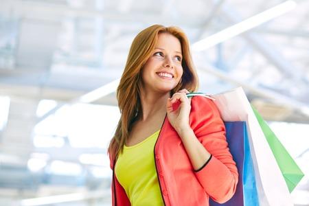 買い物袋を持つ若い女 写真素材