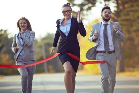 最初から最後まで彼女の同僚の背後に来ている競争力のある実業家