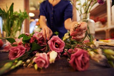 bouquet fleur: Mains des femmes de tri fleur pour bouquet Banque d'images