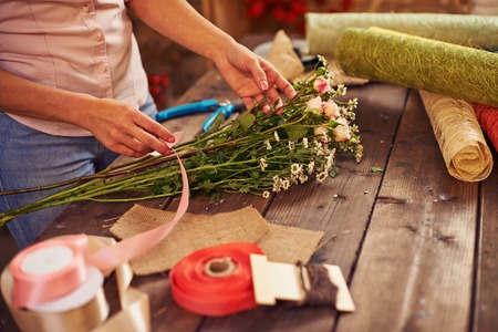 mujeres trabajando: Mujer que trabaja más de ramo