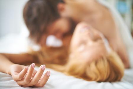 Paar zoenen hartstochtelijk in bed