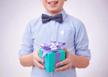 gift tie: Primer plano de la caja de regalo en las manos de un ni�o