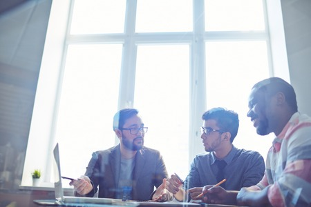 gerente: Encargado confidente que presenta nuevo proyecto empresarial a sus colegas en la oficina
