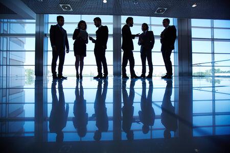 gente comunicandose: Grupo de hombres de negocios la comunicaci�n en la sala de
