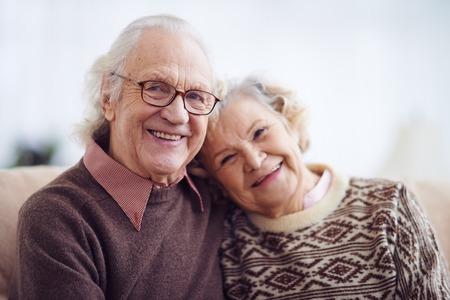 vejez feliz: Pensionistas casual mirando la cámara con sonrisas Foto de archivo