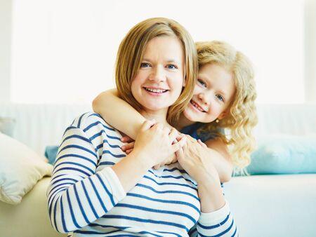 vrouwen: Aanhankelijk jeugdig meisje omarmen haar moeder