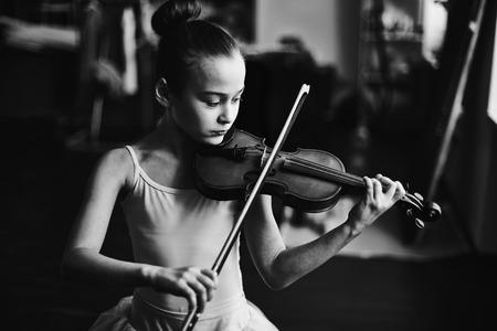 violines: Ni�a en tut� tocando el viol�n Foto de archivo