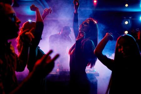 donna che balla: Gruppo di danza giovani che godono di notte in centro