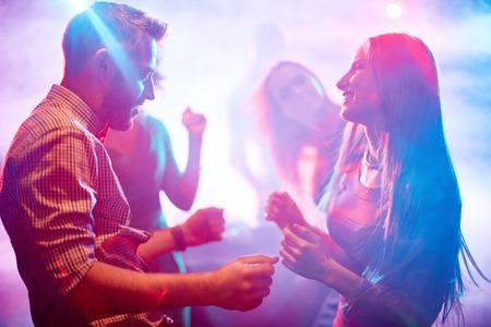 couple dancing: Feliz joven pareja de baile en el club nocturno Foto de archivo