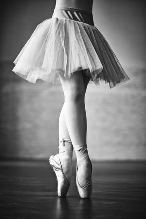 pies bailando: Parte inferior de la bailarina del baile Foto de archivo