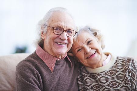 vejez feliz: Dos jubilados felices mirando la cámara con sonrisas Foto de archivo
