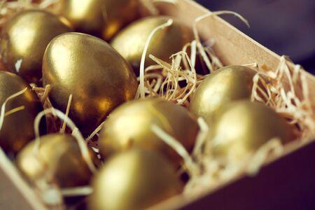 huevo: Huevos de oro de Pascua en caja o contenedor