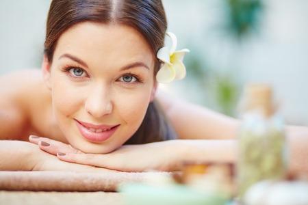 Gelukkige jonge vrouw die in spa salon Stockfoto