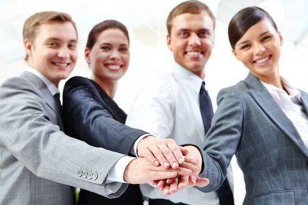 manos unidas: Los socios comerciales de mantenimiento de las manos una encima de la otra
