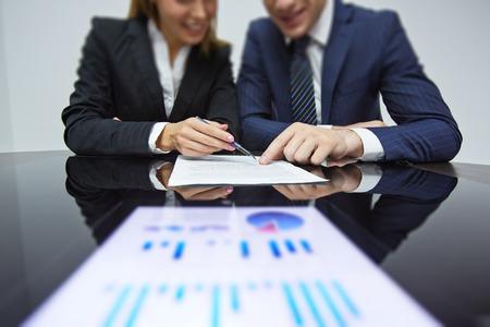 n�gociation: Les partenaires commerciaux de lecture contrat au lieu de travail lors de la n�gociation Banque d'images