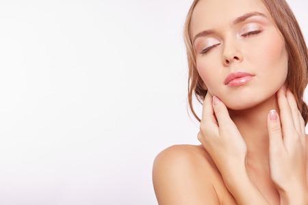 Jeune femme avec maquillage naturel toucher son visage Banque d'images - 36918591