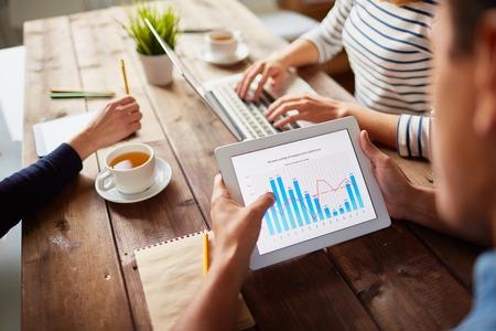비지니스 디지털 태블릿에서 전자 데이터를 연구 스톡 콘텐츠