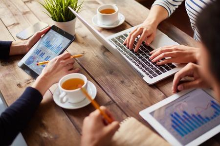 Mains de gens d'affaires pendant le travail avec les technologies de l'information Banque d'images - 37248668