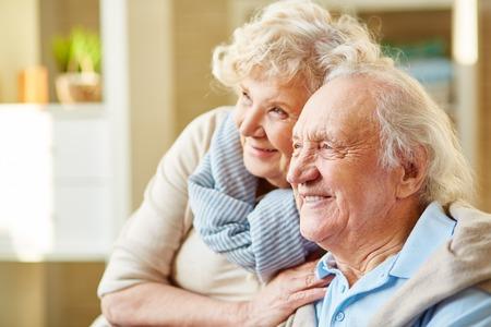 bel homme: Heureux couple de personnes �g�es et d�vou� Banque d'images