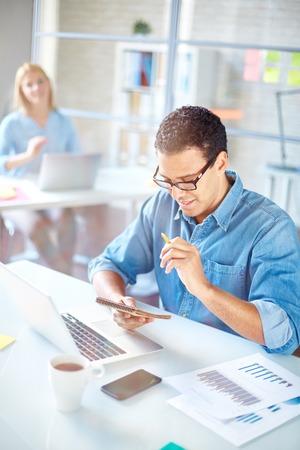 jornada de trabajo: Hombre de negocios en d�as de trabajo de planificaci�n del lugar de trabajo