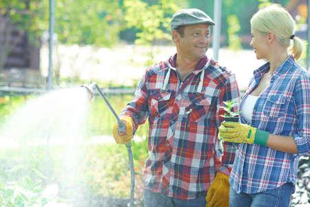 jardineros: Dos jardineros hablan riego wile