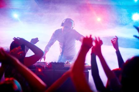 fiestas discoteca: Disc jockey Carismática en la placa giratoria Foto de archivo