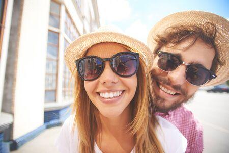 hombre con sombrero: Rostros alegres de joven pareja