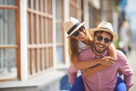 mujeres felices: Retrato de la feliz pareja al aire libre