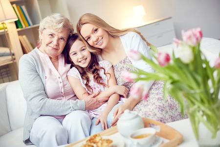 madre e hijos: Retrato de la abuela feliz, madre e hija