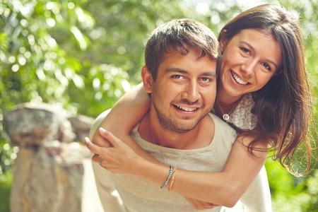 parejas romanticas: Pareja feliz mirando a la c�mara y sonriendo