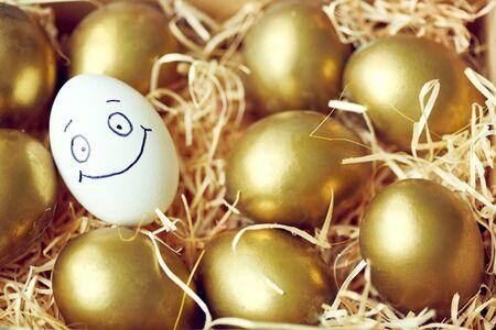 caritas pintadas: Huevo con la cara sonriente de los huevos de oro Foto de archivo