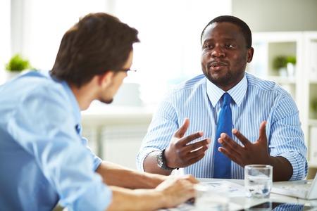 대화를 나누는 두 관리자
