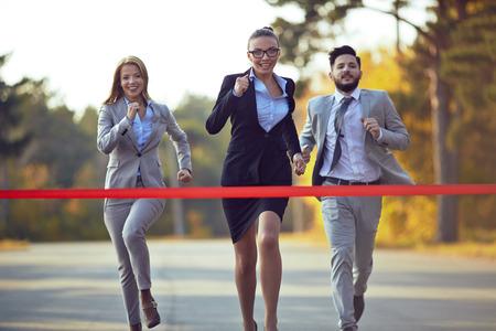 Drie business tegenstanders concurreren in kruis Stockfoto