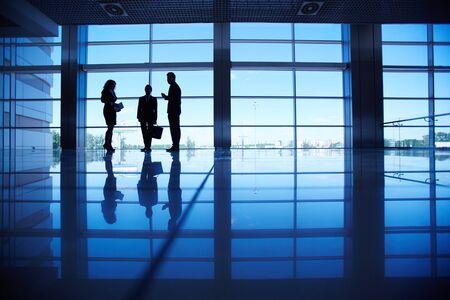 暗い廊下で 3 つのビジネス人々