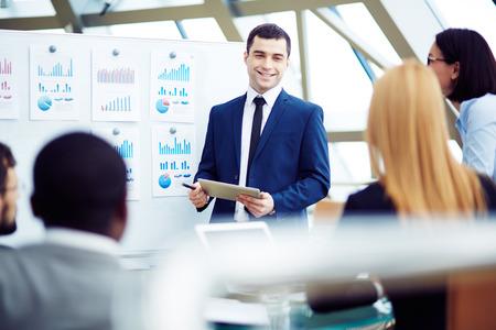 business: Trưởng thu thập các nhà quản lý của mình cho cuộc họp