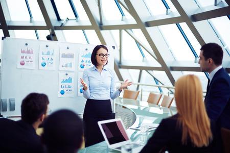 Jonge vrouwelijke manager houdt briefing