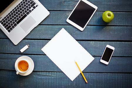 hoja en blanco: Hoja en blanco en la mesa de la oficina Foto de archivo