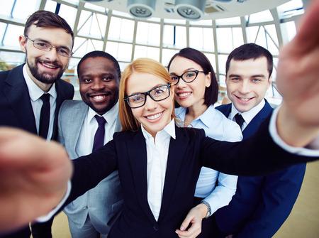 비즈니스 회의에서 셀카를 복용하는 사람