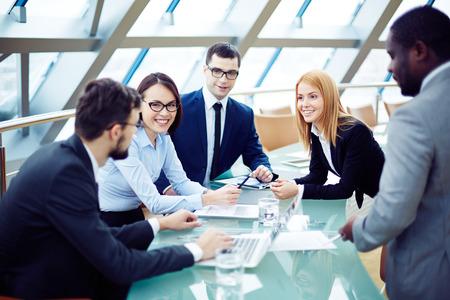 Grupo de hombres de negocios de planificación de conjunto