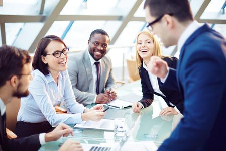 Affärsmän skrattar tillsammans vid mötet