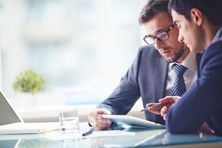 företag: Unga chef att lyssna på hans kollega förklaringar